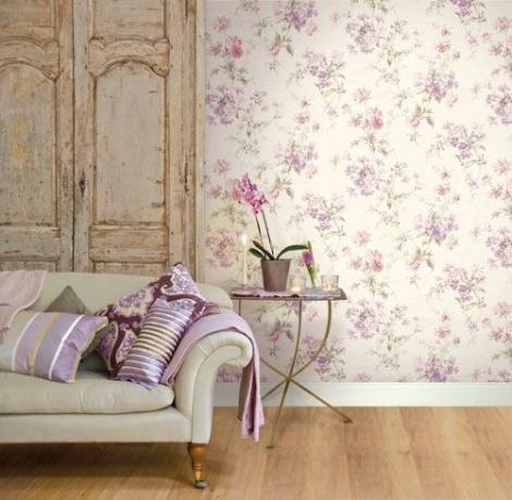 vintage stila interjers ar violetu ziedu tapetēm