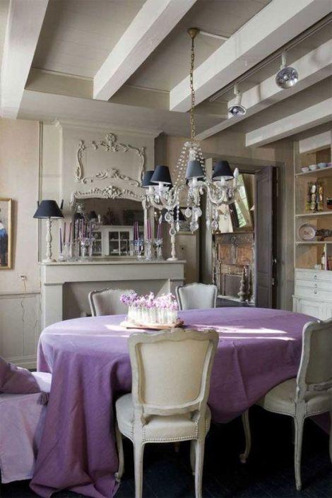 ēdamistabas interjers ar violetu galdautu
