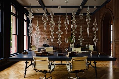 dekoratīvs mākslas objekts - ažūra biroja starpsiena